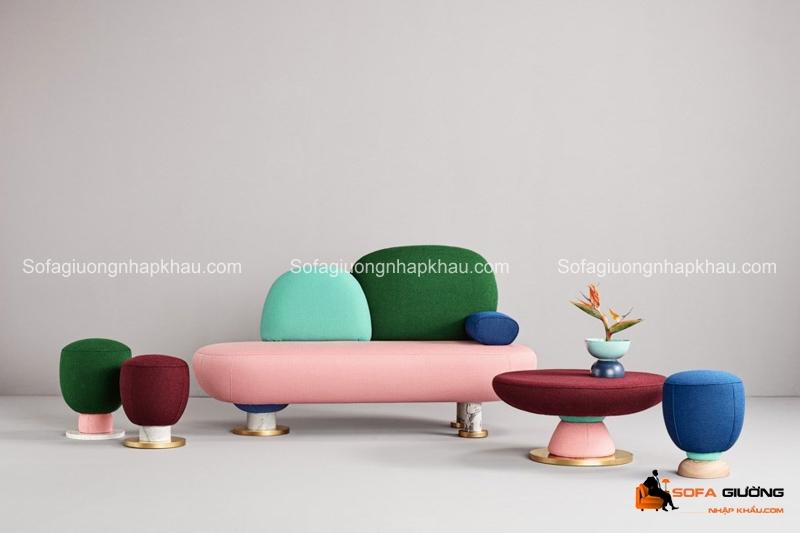 Còn chiếc ghế sofa phòng khách này giống như đồ chơi của trẻ con hơn
